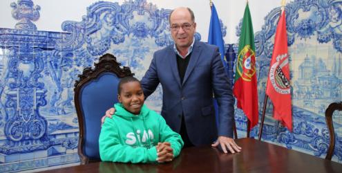 Câmara de Cascais apoia tratamento em Portugal de menino moçambicano com doença de Perthes