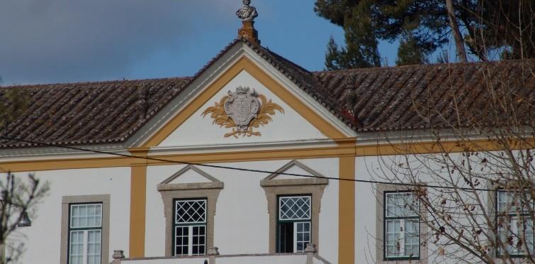 Corpo central e frontão do solar da Quinta da Ribeira | Caparide