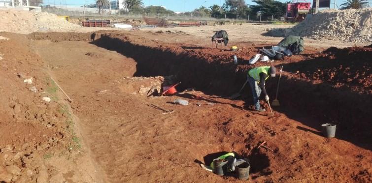 Abertura de vala arqueológica com meios manuais (Mar.2017)