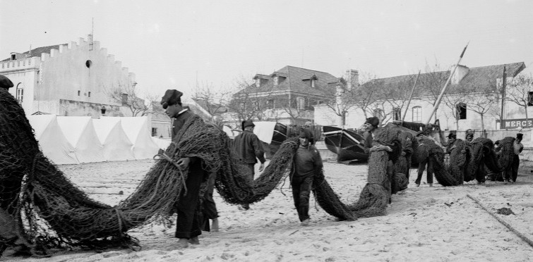 Pescadores transportando redes, c. 1900 | Cascais