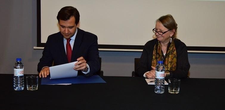 Vereador da CMC Ricardo Baptista Leite e a responsável da marca Cités des Métiers (Cidade das Profissões), Bernardette Thomas na assinatura da carta de compromisso da Câmara de Cascais à Rede Internacional das Cidades das Profissões.