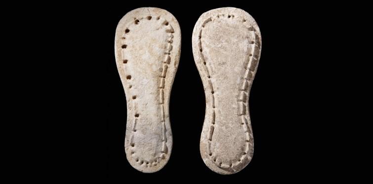 Par de sandálias votivas de calcário | Gruta II de Alapraia