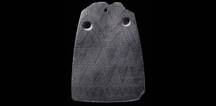 Placa de xisto decorada | Gruta II de Alapraia