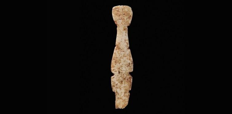 """Fragmento de pequeno ídolo """"chato"""" ou """"almeriense"""", de configuração antropomórfica, trabalhado sobre fina placa de osso"""