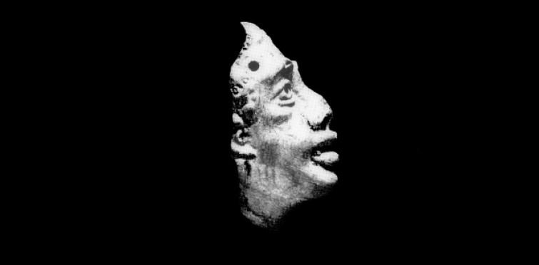 Vista lateral da máscara romana em terracota da villa romana do Alto do Cidreira - Nº inv. CID.459
