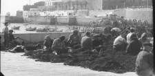 Pescadores remendando redes, c. 1950 | Cascais