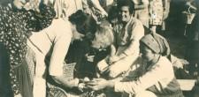 Vendedoras e clientes no mercado saloio de Cascais, c. 1940