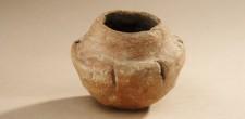 Pequeno vaso cerâmico, com orifícios para suspensão | Gruta I de S. Pedro do Estoril