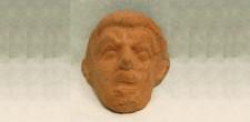 Máscara grega em terracota (séc. III-II bC),depositada nas coleções do Museu Britânico. N.º inv. 1956,0216.3
